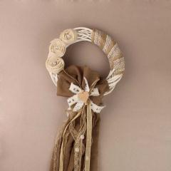 Ξύλινο διακοσμητικό στεφάνι στολισμένο με υφάσματα