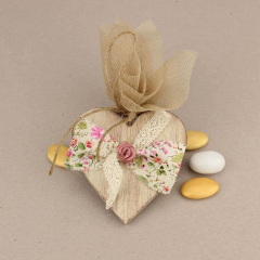 Μπομπονιέρα γάμου κρεμαστή ξύλινη καρδιά