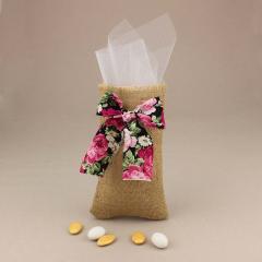 Μπομπονιέρα γάμου πουγκί από λινάτσα με λευκό τούλι και φλοράλ φιόγκο