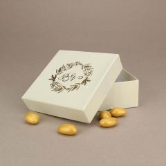 Μπομπονιέρα γάμου χάρτινο κουτάκι με επίχρυσα ονόματα νεόνυμφων