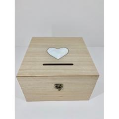 Ξύλινo κουτί ευχών σε φυσικό χρώμα με λευκή καρδιά