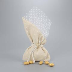 Μπομπονιέρα γάμου εκρού πουγκί σε λευκό τούλι